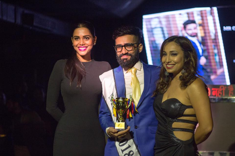 Miss World India 2006 , Ms. Natasha Suri who we all have watched and adored in Bollywood films as well as On Indian TV along with Ms. Rohini Ramnathan awarding Ashish Chopra with the Sub